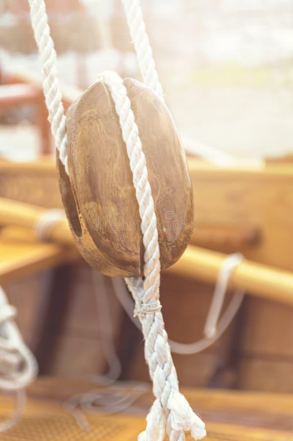 Vieux détail en bois de poulies et de cordes de voilier photos libres de droits