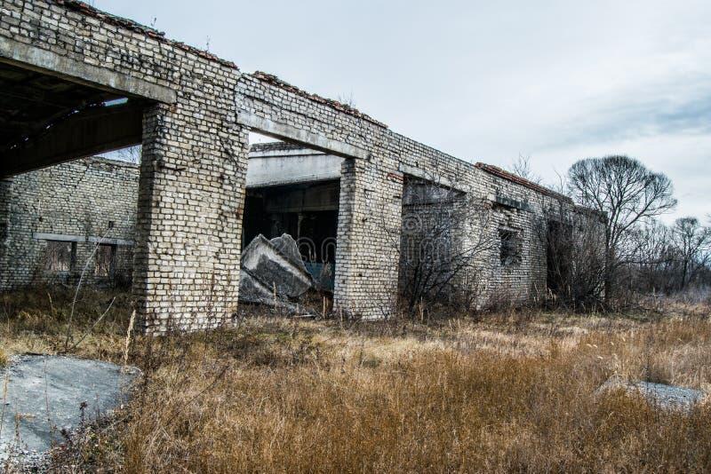 Vieux a détruit un bâtiment à plusiers étages abandonné dans un t militaire photographie stock