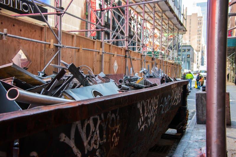 Vieux d?charge rouill? sur un chantier de construction de rue de ville photo stock