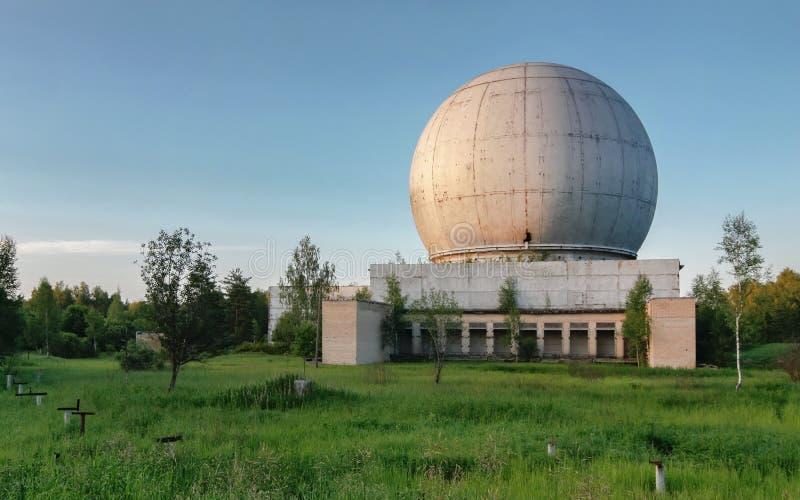 Vieux dôme géant d'une antenne de radar d'une base militaire russe photos libres de droits