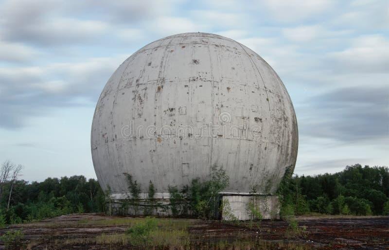 Vieux dôme géant d'une antenne de radar d'une base militaire russe image stock