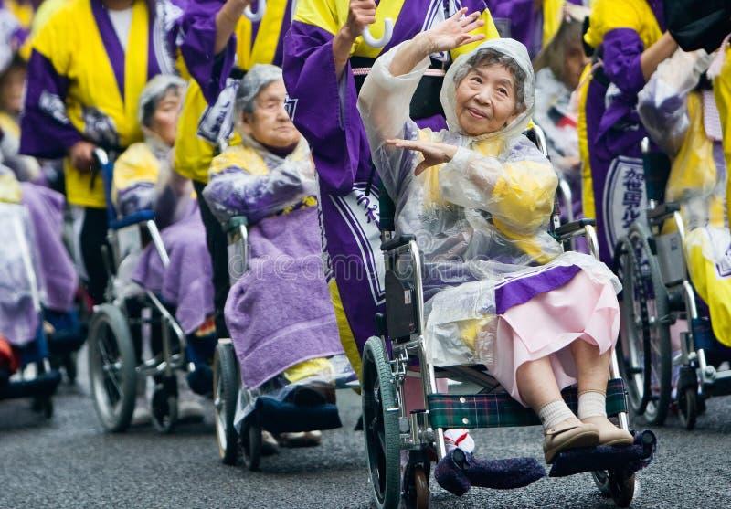 Vieux danseurs japonais de festival dans des fauteuils roulants images stock