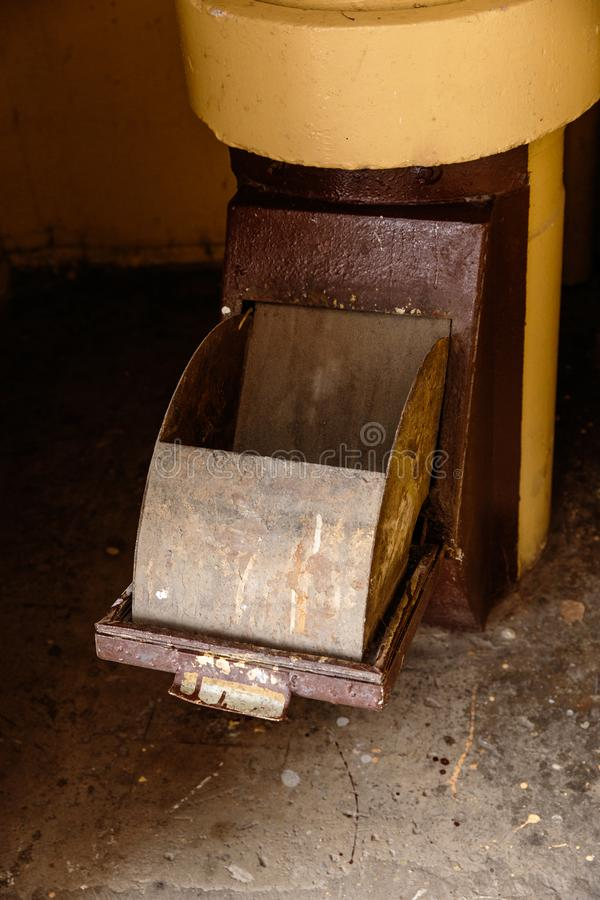 Vieux descendeur de déchets dans l'immeuble avec les appartements bon marché - descendeur de déchets dans un immeuble soviétique image libre de droits