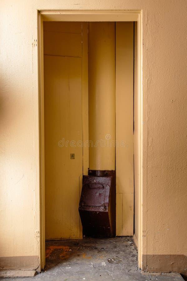 Vieux descendeur de déchets dans l'immeuble avec les appartements bon marché - descendeur de déchets dans un immeuble soviétique image stock