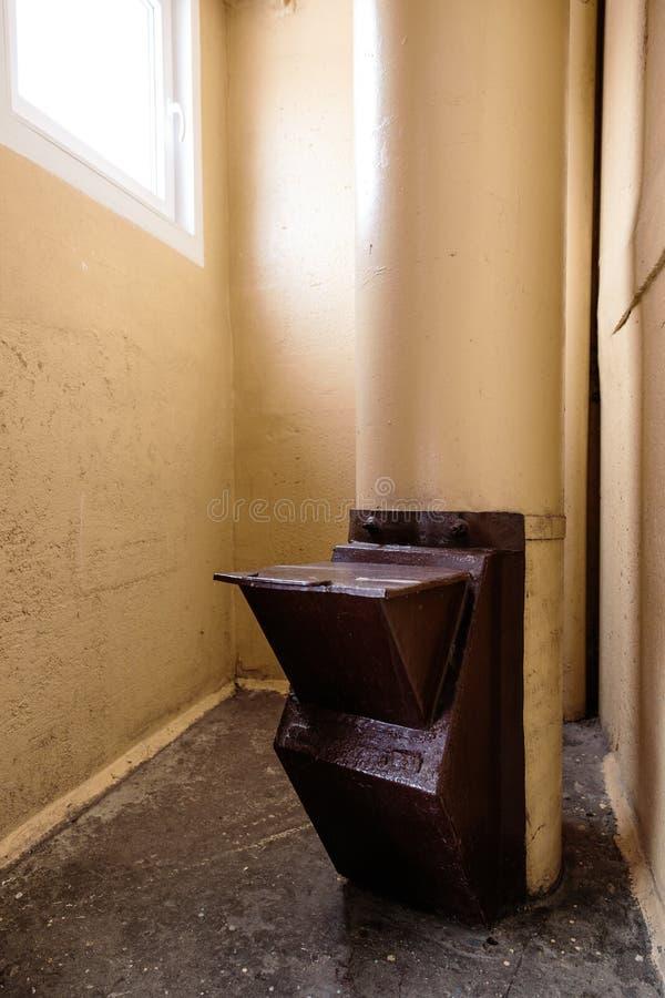 Vieux descendeur de déchets dans l'immeuble avec les appartements bon marché - descendeur de déchets dans un immeuble soviétique photographie stock