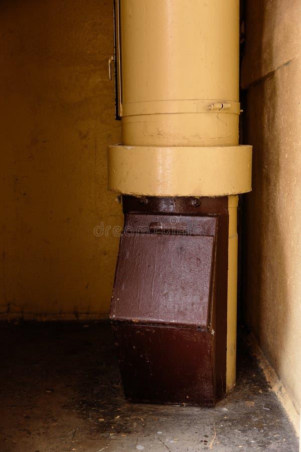 Vieux descendeur de déchets dans l'immeuble avec les appartements bon marché - descendeur de déchets dans un immeuble soviétique photo libre de droits
