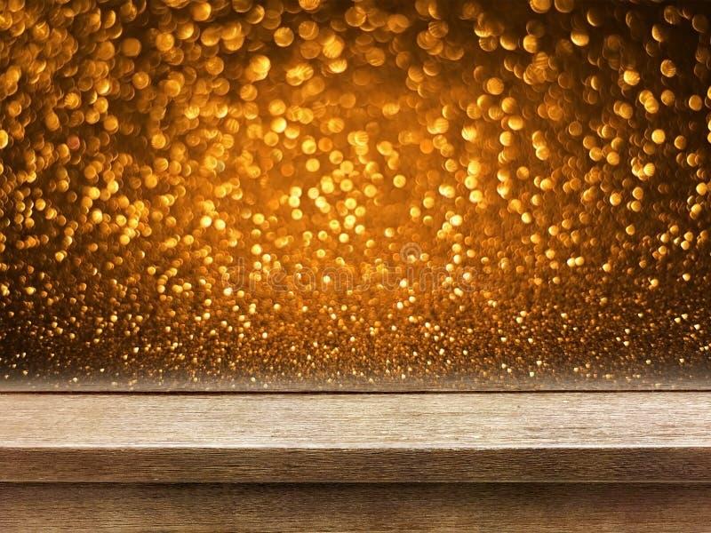 Vieux dessus de table en bois sur le bokeh de cuivre de scintillement d'or photographie stock