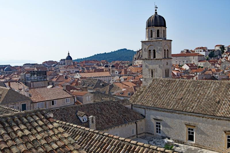 Vieux dessus de toit et cour de ville de Dubrovnik images libres de droits
