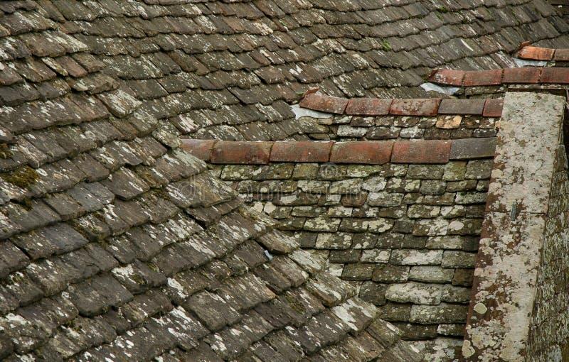 Vieux dessus de toit de tuile d'ardoise et de pierre image stock