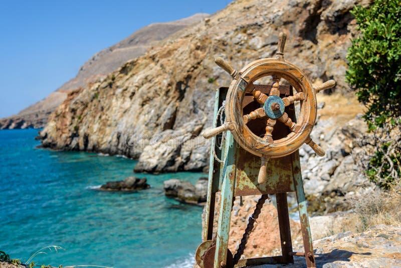 Vieux dispositif de direction situé sur la roche près de Sfakia sur l'île de Crète images stock