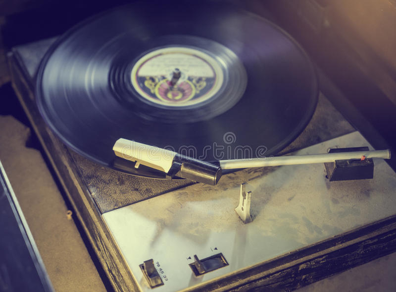 Vieux disque tournant de tourne-disque, ton de vintage image stock