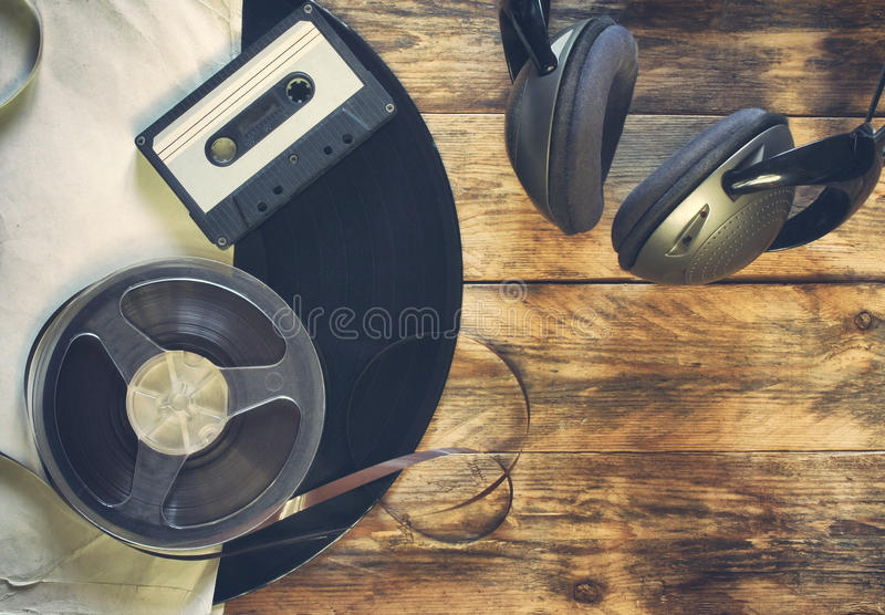 Vieux disque vinyle, cassette sonore, bobine de bande et écouteurs photos stock