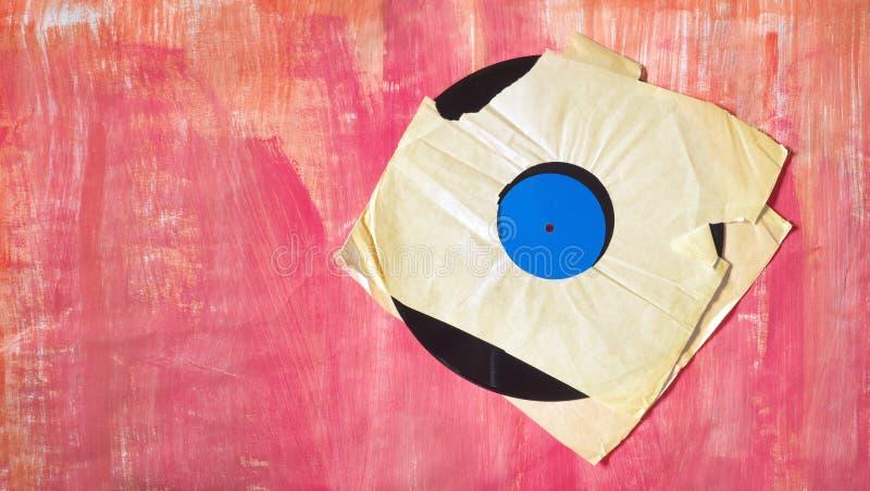 Vieux disque vinyle sale avec la douille intérieure déchirée, l'espace d'exemplaire gratuit, panorama sur le fond sale photographie stock