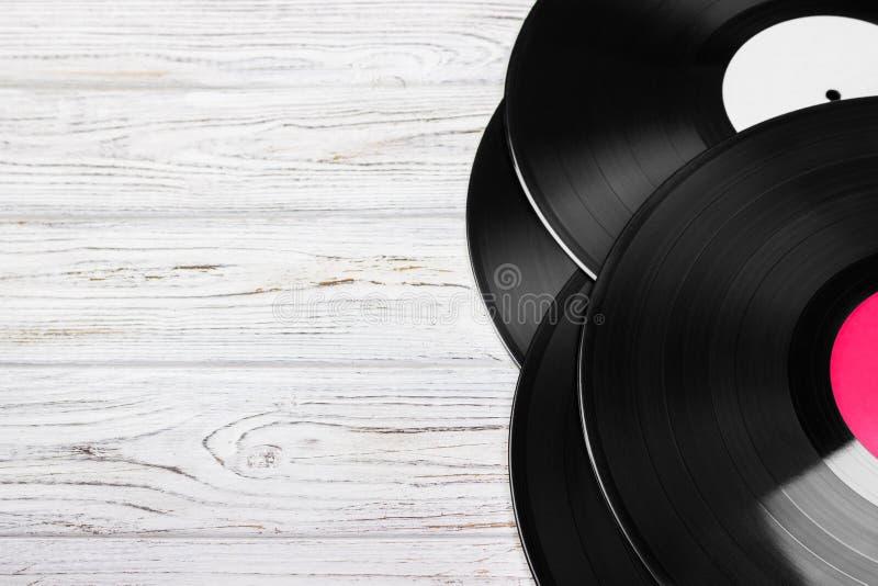 Vieux disque vinyle sur la table en bois lumineuse, le foyer sélectif et l'image modifiée la tonalité Copiez l'espace images libres de droits