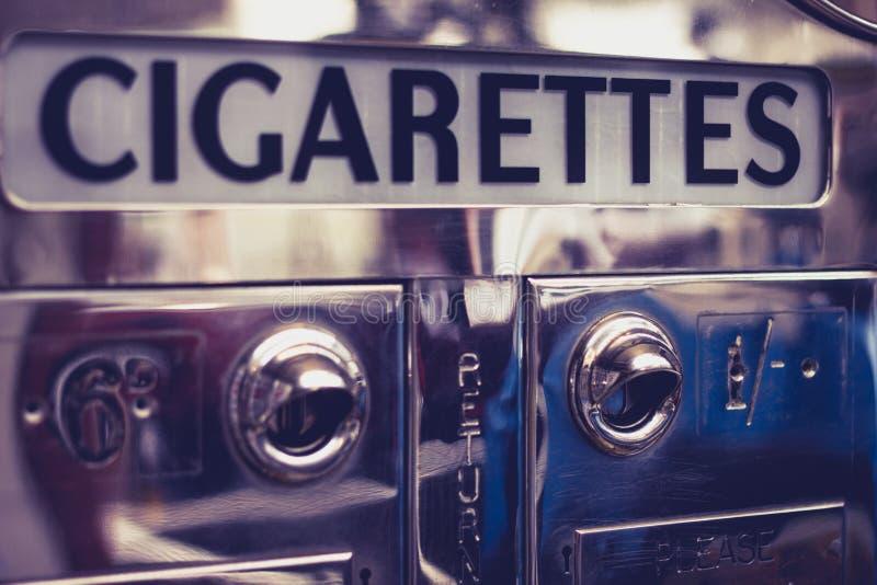 Vieux distributeur automatique de cigarette photos stock