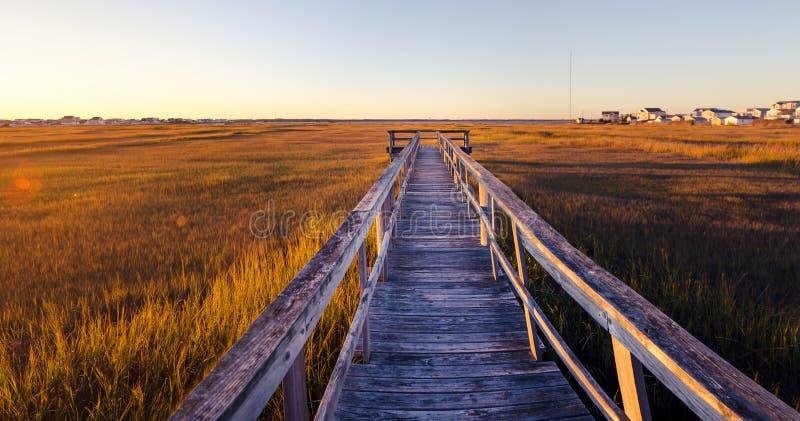 vieux dock en bois au coucher du soleil photographie stock libre de droits