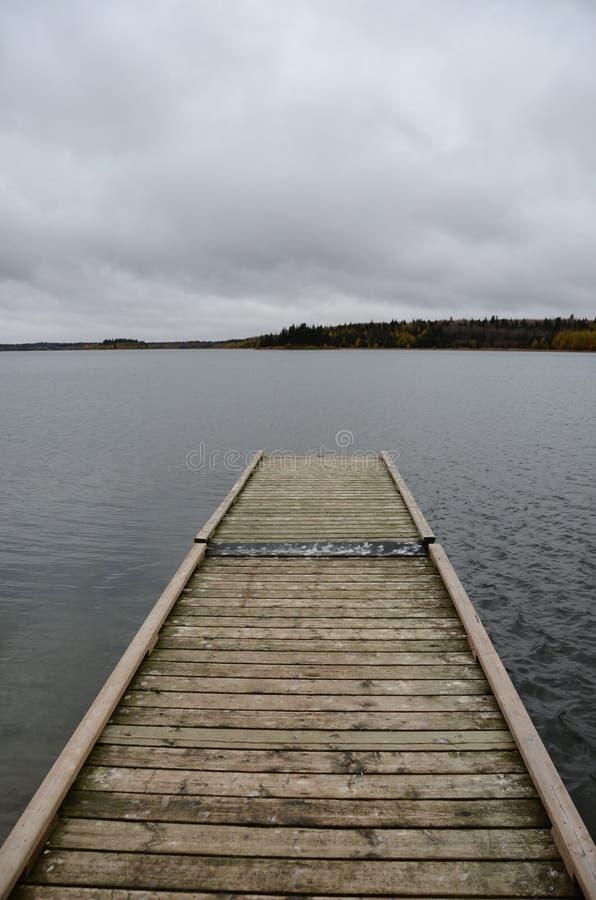 Vieux dock sur Laurie Lake image stock