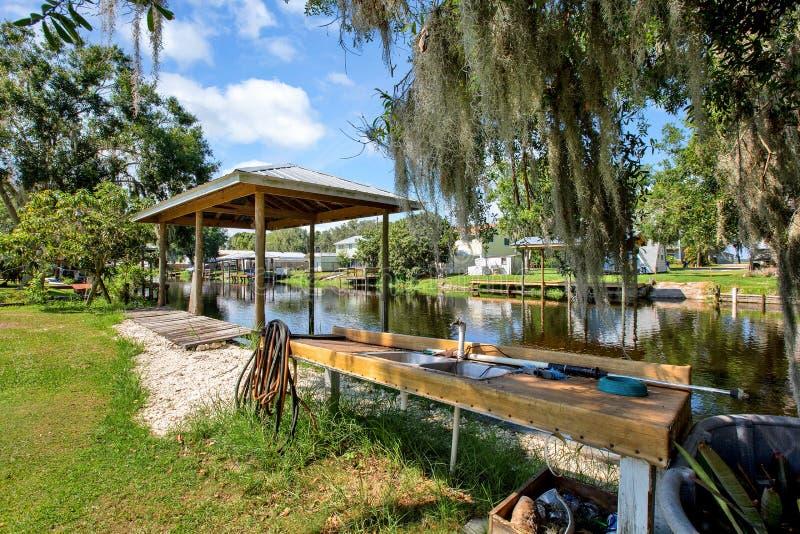 Vieux dock sur un canal de la Floride image stock
