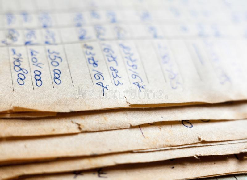 Vieux documents sur papier dans les archives images libres de droits