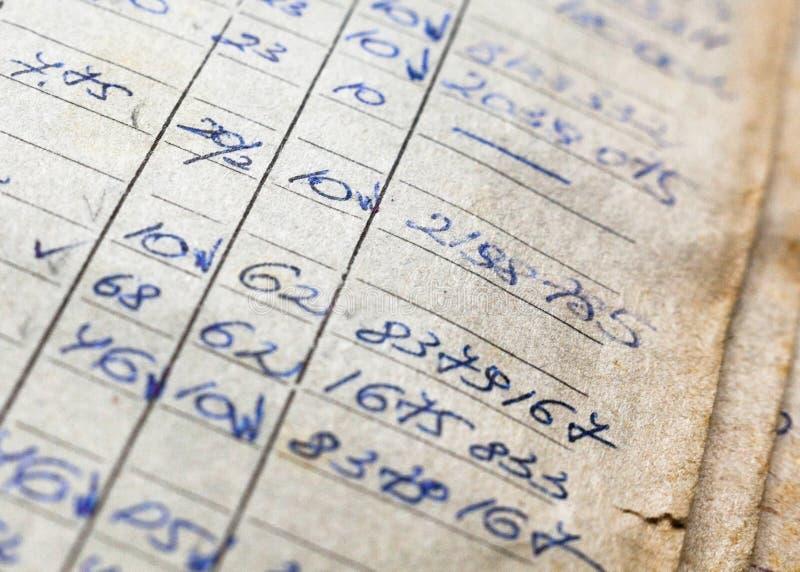Vieux documents sur papier dans les archives photos stock