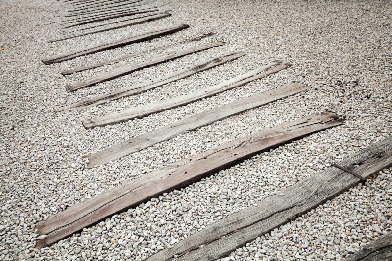 Vieux dormeurs en bois sur le gravier Chemin de fer abandonné sans rails images libres de droits