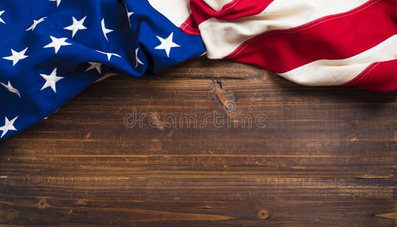 Vieux drapeau américain sur le fond en bois de planche photographie stock libre de droits