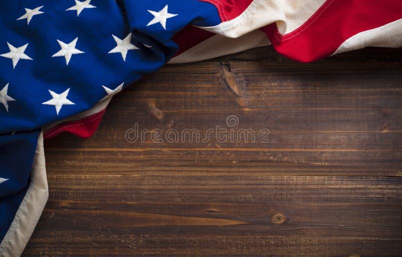 Vieux drapeau américain sur le fond en bois de planche photographie stock