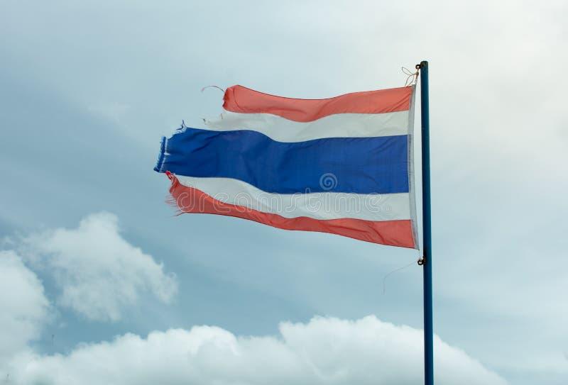 Vieux drapeau onduleux de la Thaïlande contre le ciel bleu photo libre de droits