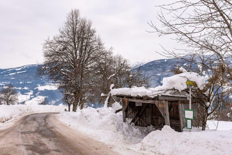 Vieux, en bois, couvert de neige arrêt d'autobus Montagnes, région Schladming-Dachstein, massif de Dachstein, Ortner, Liezen, Sty photographie stock libre de droits