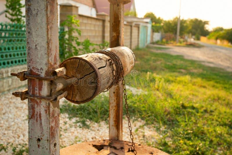 Vieux en bois puits d'eau de dans la campagne ukrainienne photos libres de droits