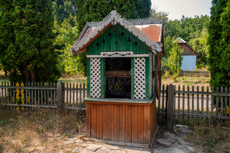 Vieux en bois puits d'eau en parc images libres de droits