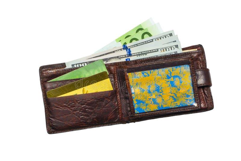 Vieux en cuir de portefeuille porté avec des centaines et des cartes de crédit, d'isolement sur le fond blanc Copiez la pâte photos stock