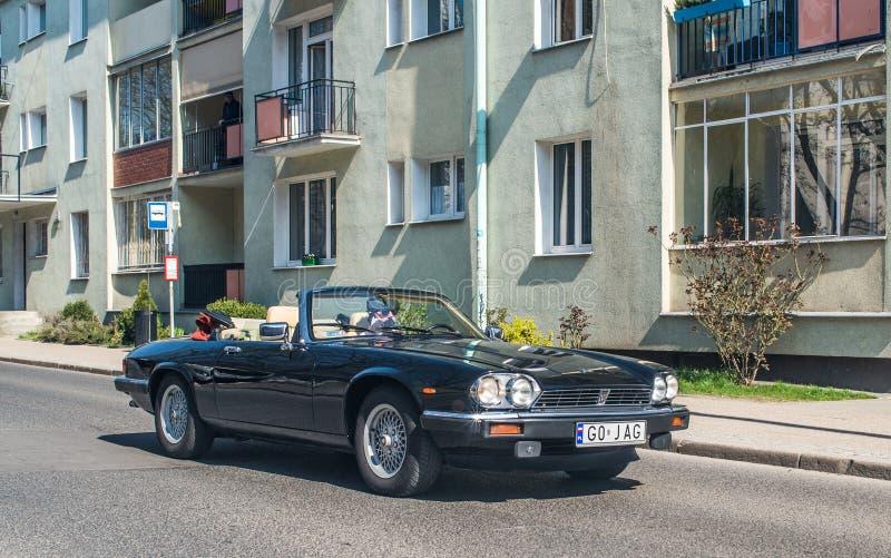 Vieux entraînement classique de convertible de Jaguar photos stock