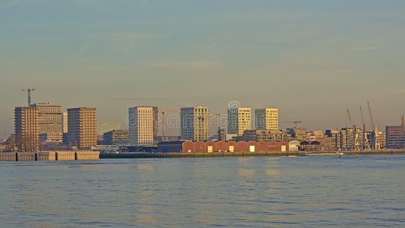 Vieux entrepôts avec les grues industrielles et nouveaux gratte-ciel de residentail dans Anwerp images libres de droits