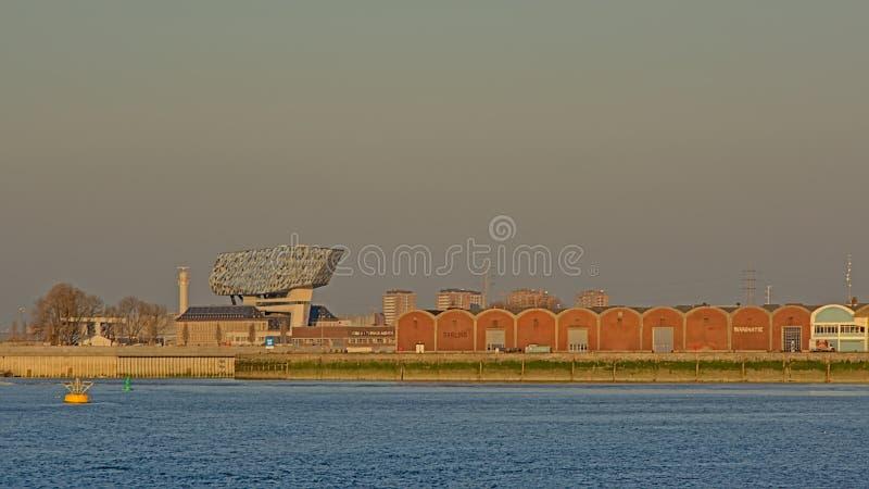 Vieux entrepôts et bâtiment moderne d'administration portuaire à Anvers photos libres de droits