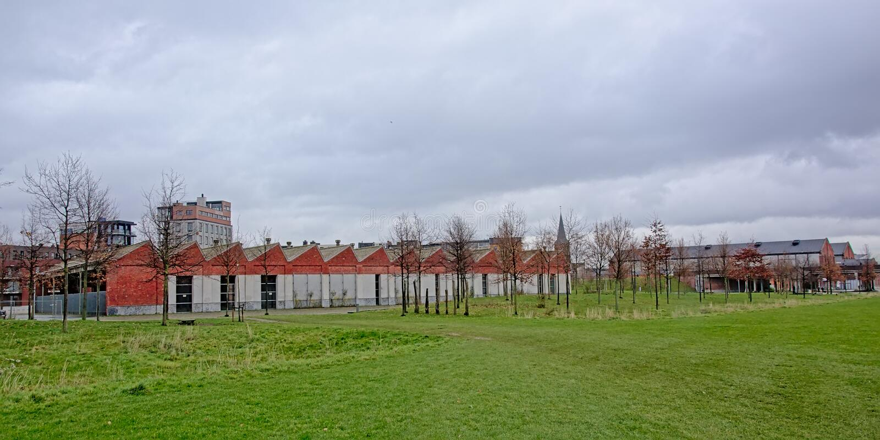 Vieux entrepôts ferroviaires en parc de ville de Noord de trace de parc, Anvers photo stock