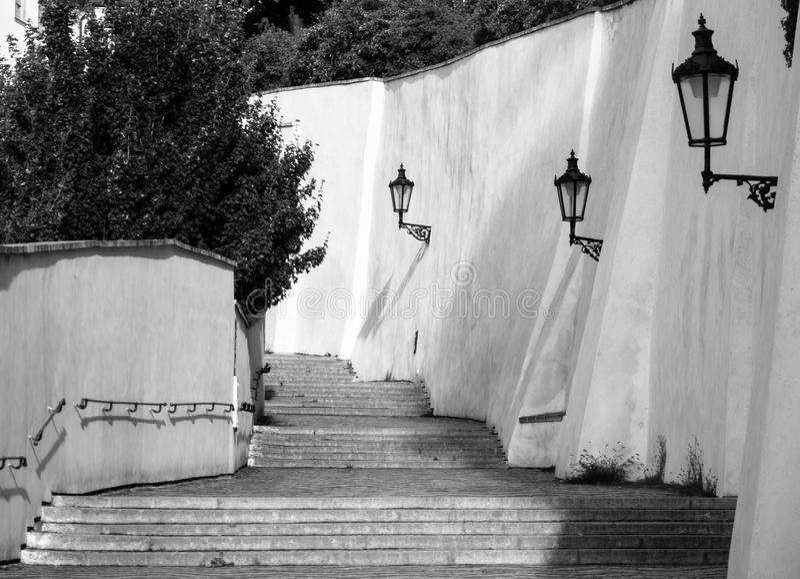 Vieux escaliers de château sur le château de Prague Escalier médiéval avec des lampes de vintage, Prague, République Tchèque photos stock