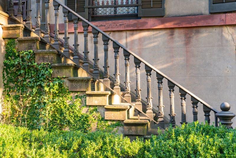 Vieux escaliers de fonte photos libres de droits