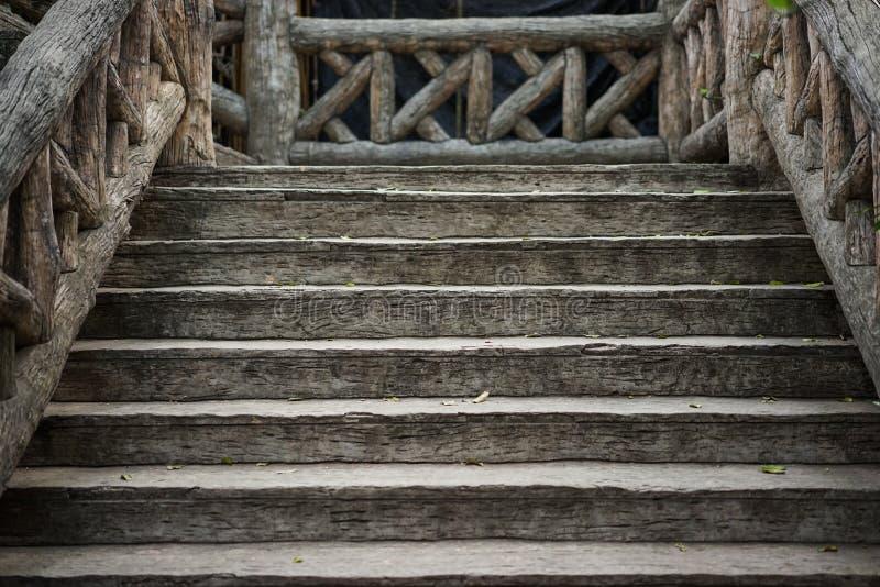 Vieux escaliers en bois bruns image stock