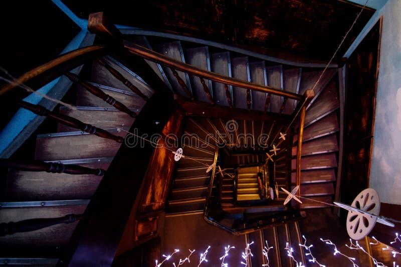Vieux escaliers en bois dans la vieille ville images libres de droits