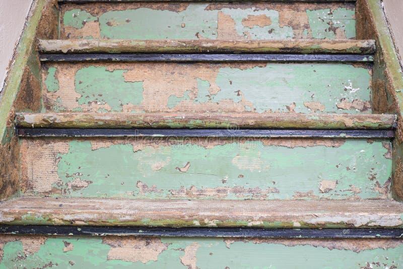 Vieux escaliers en bois en gros plan avec des détails et le style urbain photo libre de droits