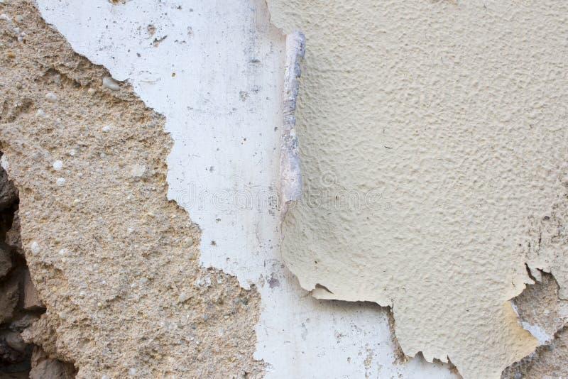 Vieux et endommagé mur d'adobe avec plusieurs couches de peinture épluchant  Fond ou texture rustique avec l'espace de copie images libres de droits
