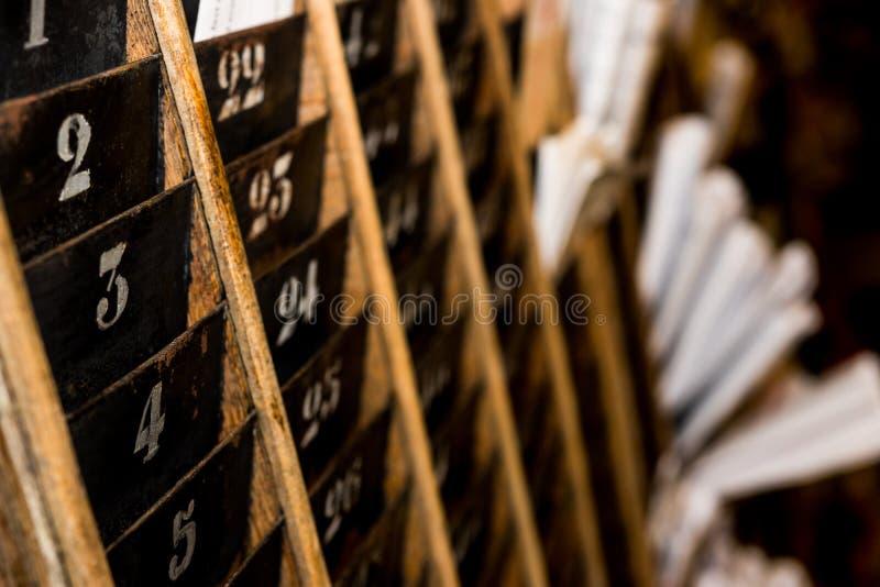 Vieux et fané support numéroté de mur de carte perforée de horodateur photo libre de droits