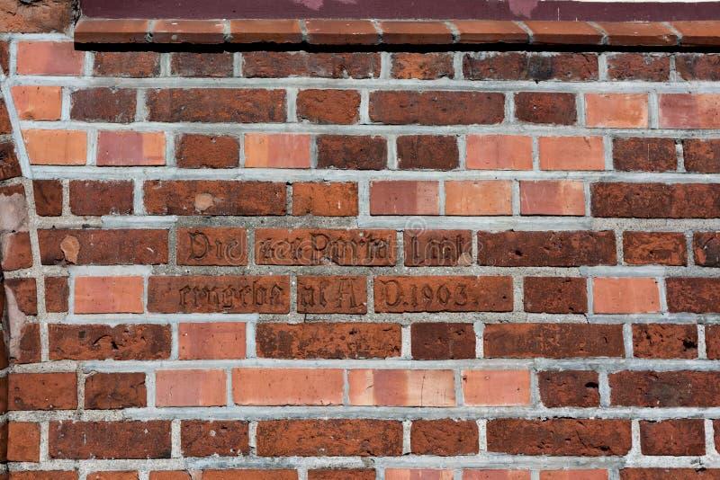 Vieux et nouveau, rouge et blanc, inscription sur de vieilles briques images stock