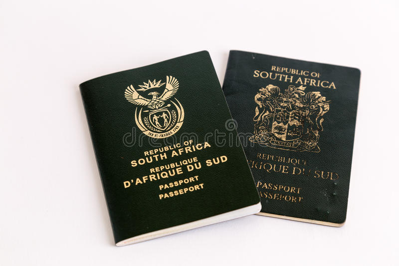 Vieux et nouveaux passeports sud-africains sur le fond blanc photographie stock