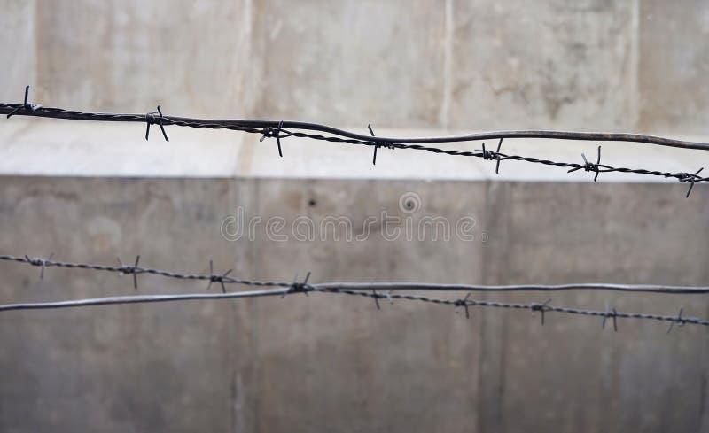 Vieux et rouillé barbelé de foyer choisi sur la barrière photos stock