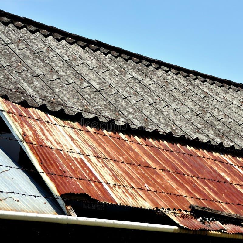 Vieux et rouillé toit photographie stock libre de droits