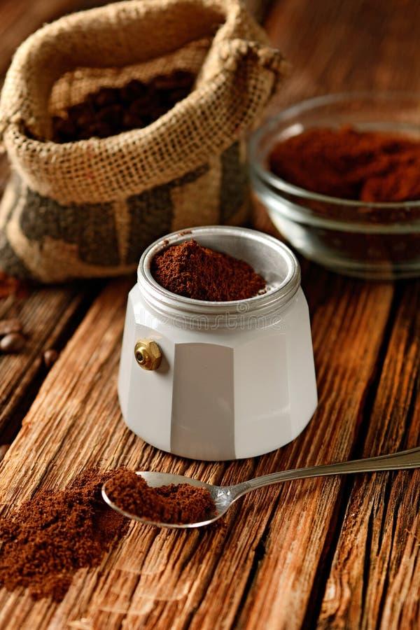 Vieux fabricant de café et grains de café - café italien image libre de droits