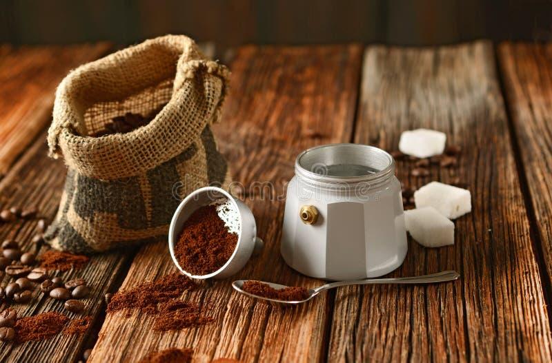 Vieux fabricant de café et grains de café - café italien photo stock