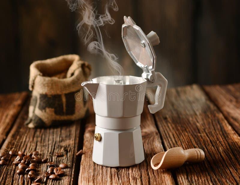 Vieux fabricant de café et grains de café - café italien photographie stock